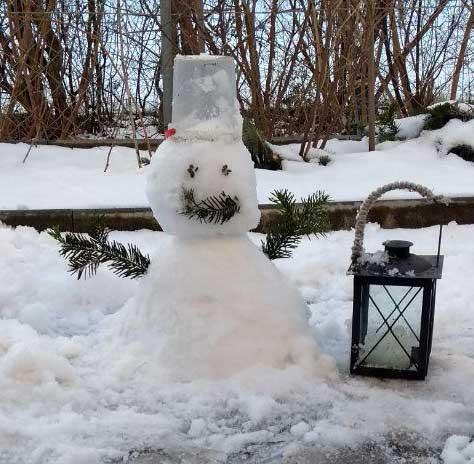 Kleiner Schneemann mit Laterne